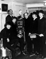 1964-The-Beatles-and-Richard-Lester-in-A-Hard-Days-Night-film-backstage-photo..jpg-nggid03608-ngg0dyn-640x480x100-00f0w010c010r110f110r010t010.jpg