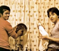 Michael-Jackson-pays-a-visit-to-the-McCartney-household-and-ends-up-doing-the-dishes.jpg
